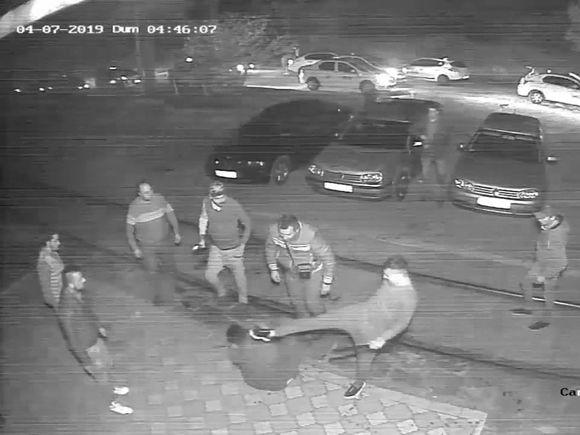 Imagini VIDEO șocante, chiar din România! Mai mulți taximetriști au luat la bătaie un client! Tânărul a fost rănit grav