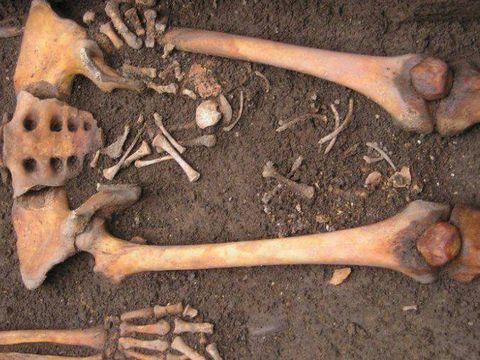 """Un caz rar de""""naștere în sicriu"""" a fost descoperit într-un mormânt medieval din Italia"""