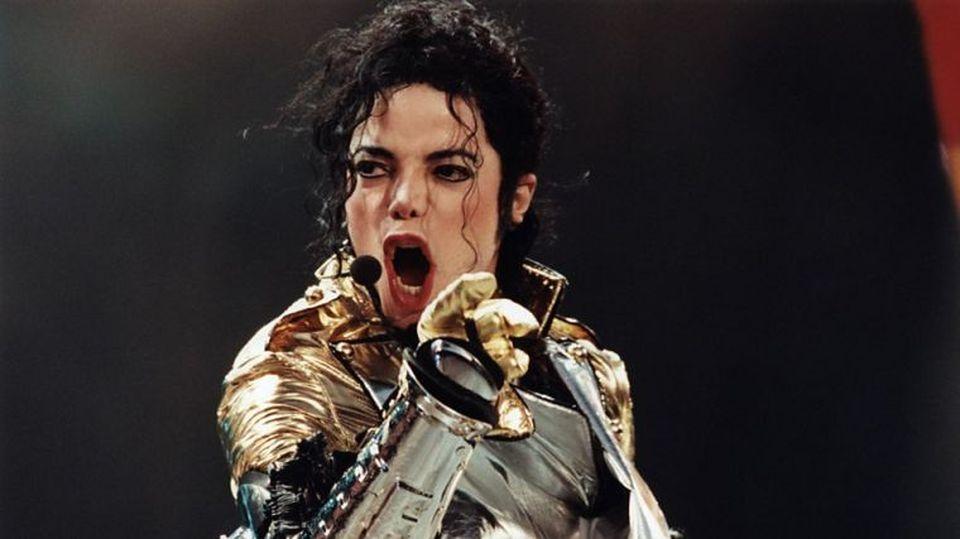 """Pe când era copil, o solistă celebră de la noi i-a cântat lui Michael Jackson la București! """"Parcă nici azi nu-mi vine să cred că am avut onoarea să îi cânt!"""" FOTO"""