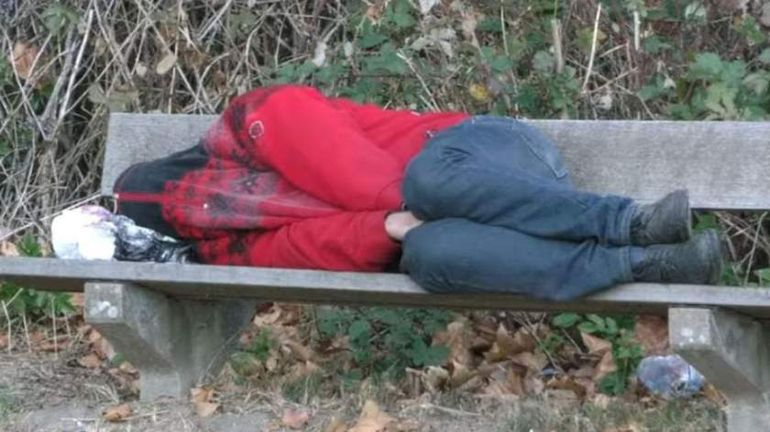 """Un tânăr din Botoșani a ajuns să doarmă prin parcuri: """"Mă trimite soția după mâncare pentru copii și eu pierd banii la jocuri"""""""