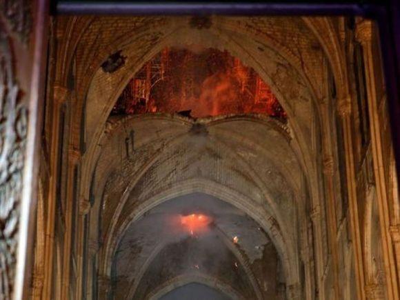 Miracol la Notre-Dame! O cruce din interiorul Catedralei a fost ferită de flăcări! FOTO