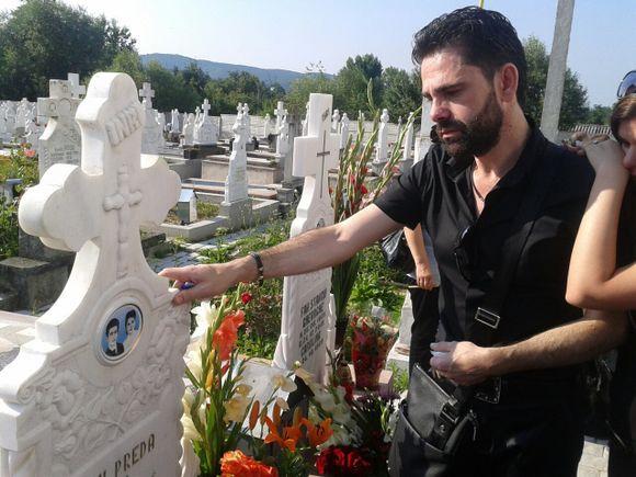"""Imagini rare cu Aurelian Preda, prăbușit la mormântul părinților săi! """"Maica mea, mor de dorul tău"""""""
