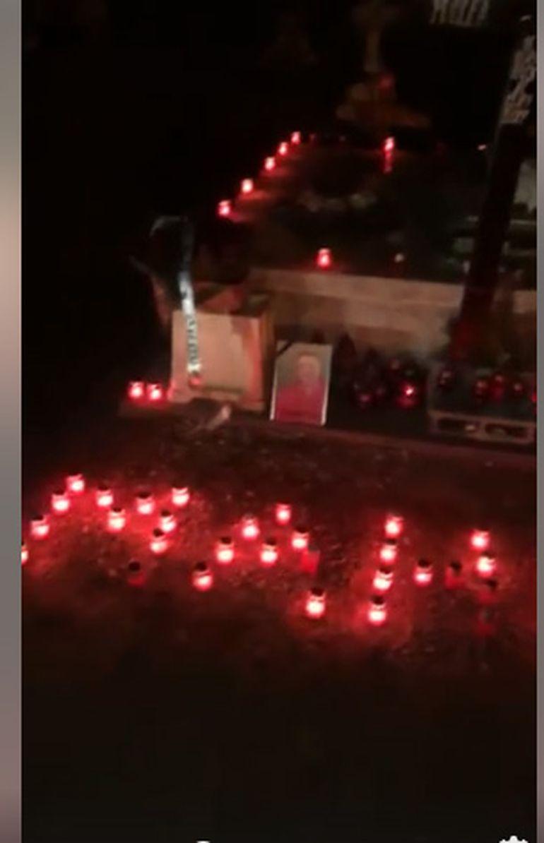 Au răsunat cântece de jale la mormântul lui Nicu Maharu. Prietenii nu l-au uitat și au mers la cimitir cu lumânări și coroane de flori