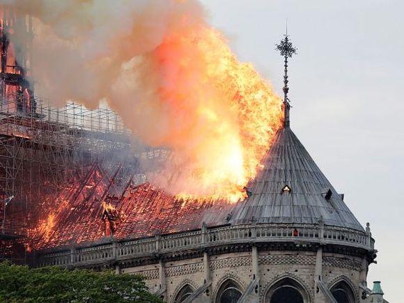 Elena Udrea şi-a luat de la Notre Dame un medalion pe care îl păstrează din 1994! Blonda are o amintire de nepreţuit de la catedrala devastată de incendiu!