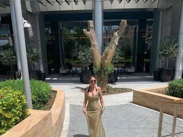 Cum se duce Anamaria Prodan la piscină  în Dubai! A surprins pe toată lumea când a apărut într-o rochie transparentă și aurie! Imagini exclusive din Emiratele Arabe cu celebra impresară!