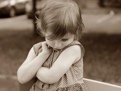 """O fetiță de patru ani, scene de coșmar: """"Mama mă obliga să mă uit la ea în timp ce făcea amor cu tatăl meu vitreg"""""""