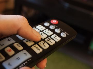 A deschis televizorul, iar la scurt timp și-a împușcat mortal soțul! Ce rula pe TV de l-a omorât, chiar și polițiștii sunt șocați