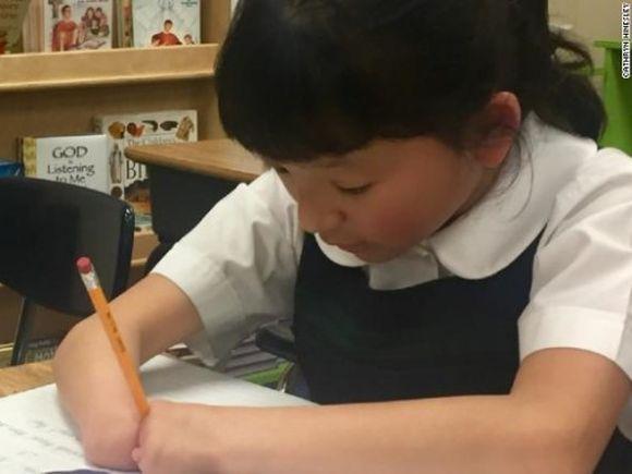 Emoționant. Ea este fetița de 10 ani care nu are mâini, dar a câștigat concursul național de scris