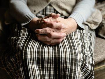 """Abandonată de copii, o bătrână a ajuns la mila vecinilor și a autorităților:  """"În 20 de ani de vechime la Ambulanţă nu am mai văzut un asemenea caz!"""" Cum a fost găsită femeia"""
