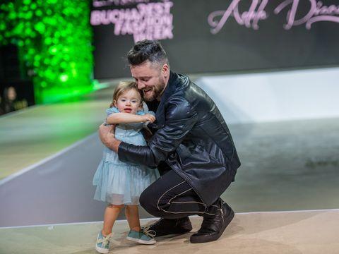 Cristina Șișcanu și Tavi Clonda au defilat cu fetițele lor pe scenă