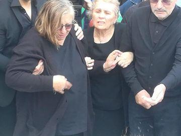 Imagini cutremurătoare de la înmormântarea lui Răzvan Ciobanu! Mamei designerului i s-a făcut rău!