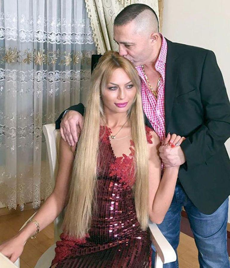 Nicolae Guţă şi-a dus soţia gravidă la o nuntă! Uite-o pe Cristina cum se ţine cu mâna pe burtică în timp ce manelistul îşi ţine recitalul în stradă! VIDEO