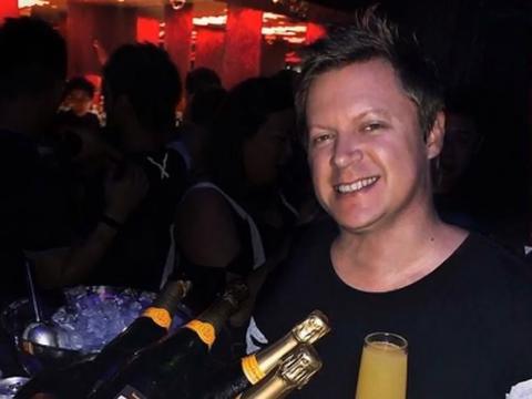 Doliu în lumea muzicii! Un DJ celebru a murit, după ce s-a izbit de o ușă