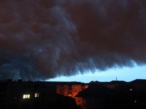 """Meteorologii au dat ALERTA! Ne așteaptă zile grele, cu ploi, grindină și descărcări electrice: """"Întrerupeți activitățile și adăpostiți-vă"""""""