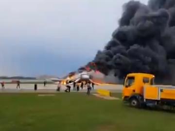 Imaginile terorii! 13 oameni au murit, după ce un avion a explodat în Rusia