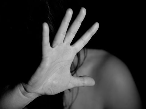 O tânără din Iași a fost sechestrată 48 de ore de iubit! După ce a bătut-o, a tăiat-o cu drujba