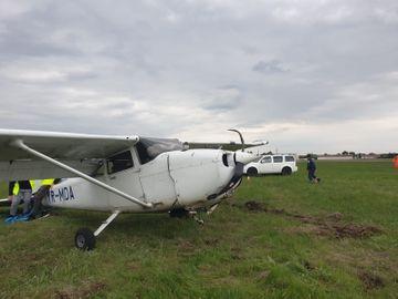Un avion s-a prăbușit în România! Pilotul a reușit să se salveze. Imagini cu aeronava izbită de sol