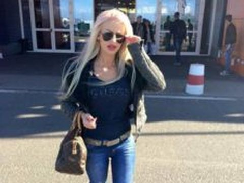 """""""Blonda siliconată de la Albota"""" a ajuns la închisoare! A furat o mașină, beată fiind, și a condus 100 km de autostradă"""