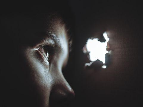 Revoltător! O fetiță de 11 ani este nevoită să păstreze copilul, după ce a fost violată! Cine e tatăl