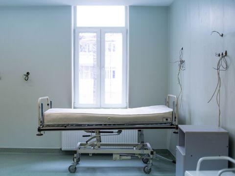 Singurătatea i-a luat mințile. Un bărbat de 74 de ani, internat în spitalul din Mureș, s-a aruncat de la etaj după ce l-a părăsit soția