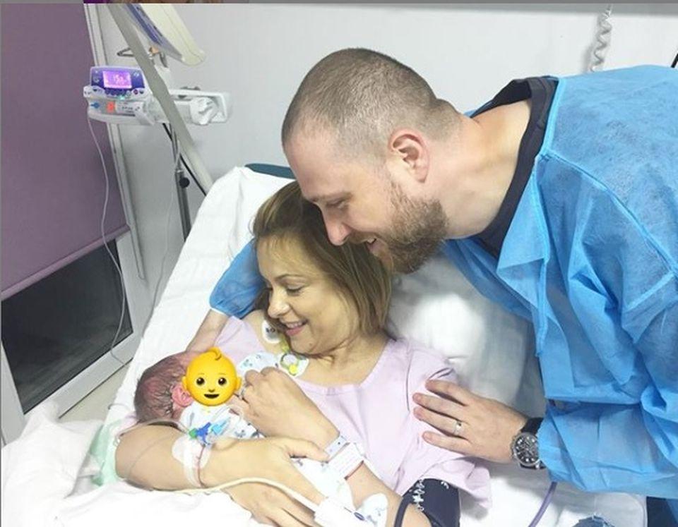 Simona Gherghe, prima imagine cu bebelușul nou născut, de pe patul maternității