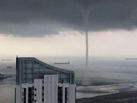 """Imagini incredibile! O tornadă, surprinsă în timp ce """"soarbe"""" apă lângă țărm! VIDEO"""