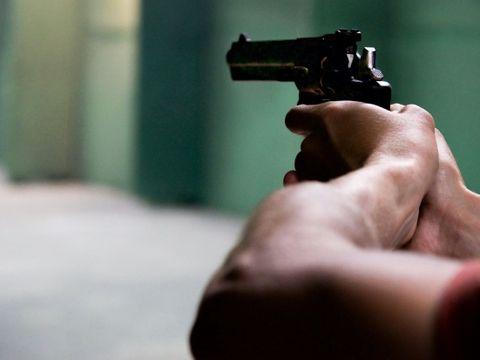 Imagini cutremurătoare! Un adolescent și un bărbat, împușcați în plină stradă