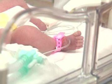 Cutremurător! Alexandra, o fetiță de doi ani, găsită inconștientă lângă trupurile părinților morți! Aceștia decedaseră de 9 zile!