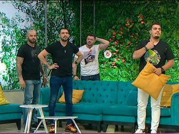 """Cătălin Cazacu, surprins de Victor Slav și Giani Kiriță! Au sărit de după canapea, în direct, și au început să-i cânte La mulți ani! """"De ce ai transpirat, puiule?"""" - """"M-ai speriat, dobitocule!"""""""
