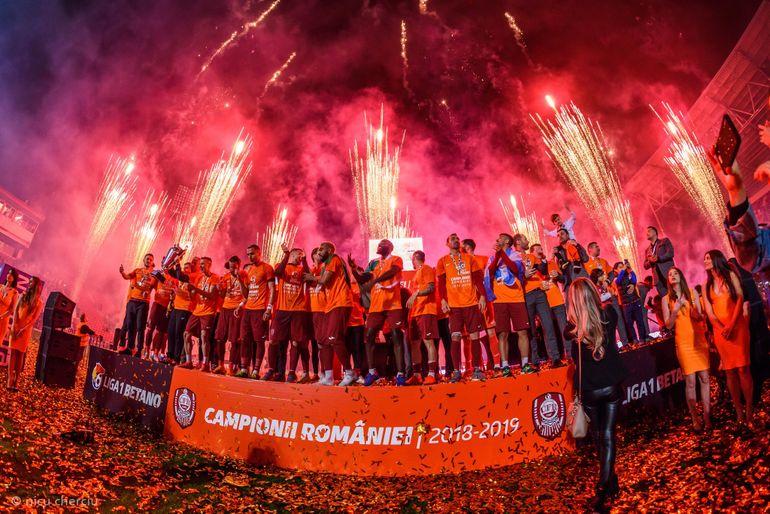 Șefii de la CFR Cluj au sărbătorit campionatul cu cea mai sexy cântăreață de la noi, Carmen de la Sălciua! EXCLUSIV