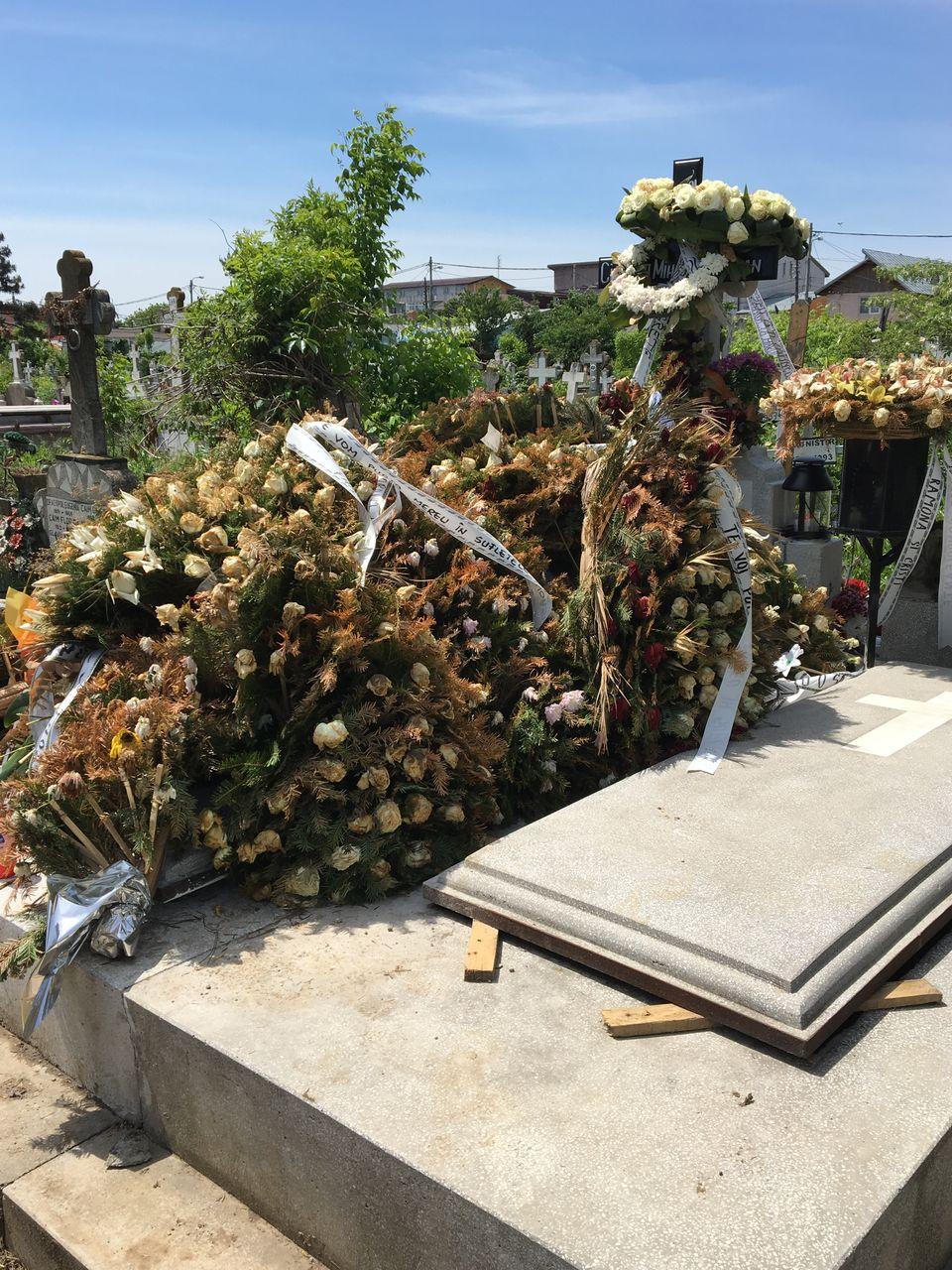 Un bărbat misterios, sfâşiat de durere la mormântul lui Răzvan Ciobanu!