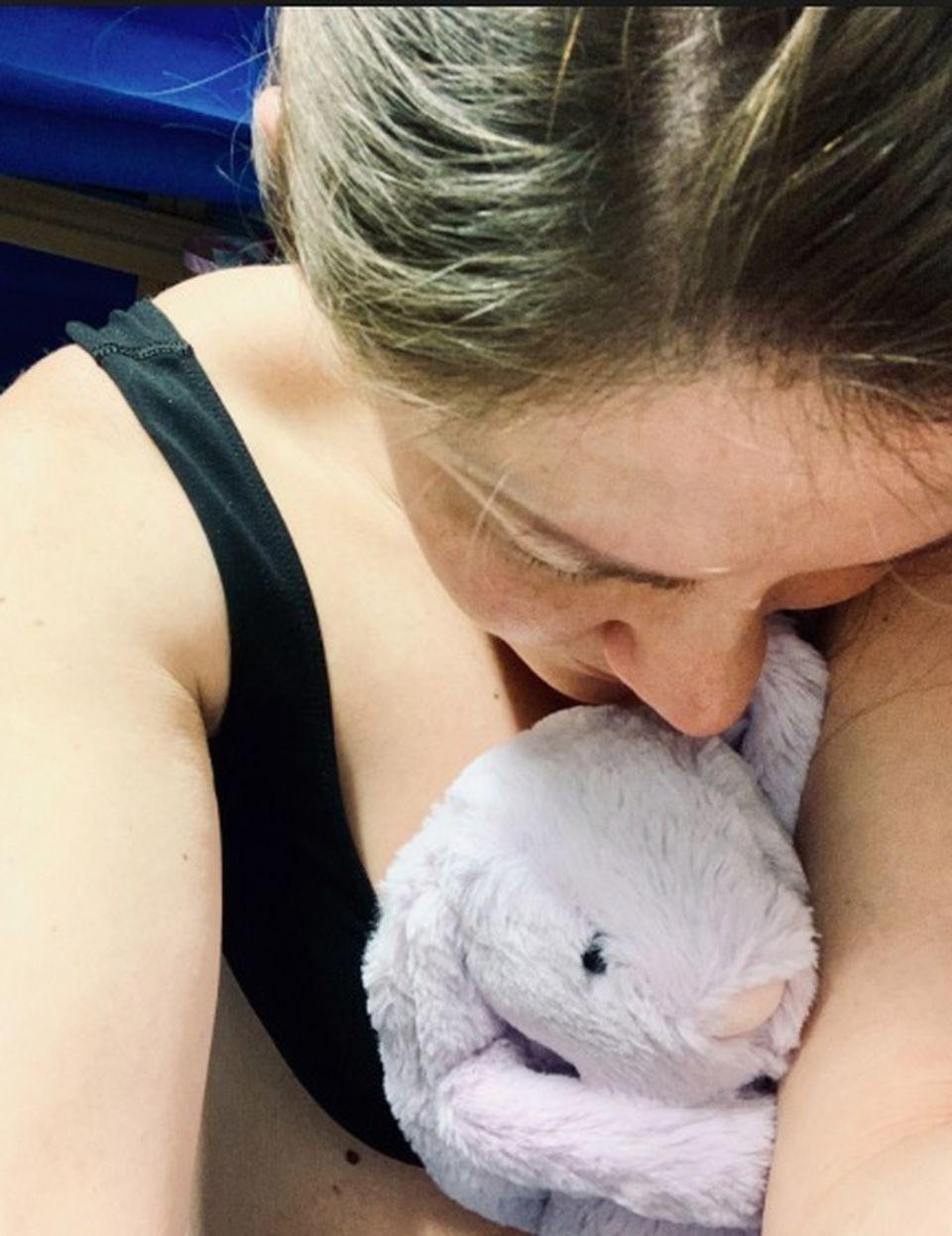 A rămas gravidă cu tripleți, dar jumătate din sarcină a stat cu unul din bebeluși morți în uter. Ce-a făcut cu micuțul care murise după ce l-a născut e cutremurător
