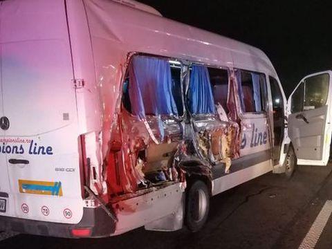 Accident pe A1! O femeie a murit şi 6 persoane sunt rănite după ce un microbuz s-a ciocnit cu o dubă