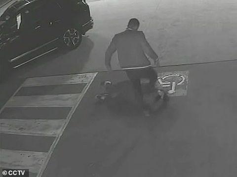 Scene terifiante într-o benzinărie! O femeie însărcinată a fost bătută cu sălbăticie, înainte ca agresorul să intre cu mașina prin geam