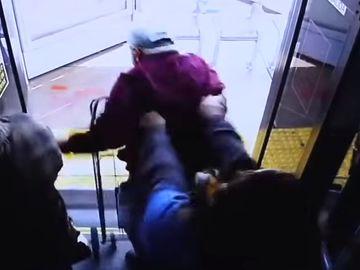Imagini șocante! Un bărbat de 74 de ani a murit după ce a fost împins din autobuz de o tânără! VIDEO CUTREMURĂTOR