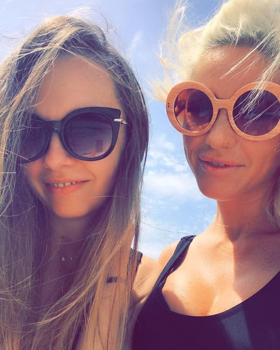 Hannelore a fugit din România! Imagini bombă cu blondina ispitită de Andi
