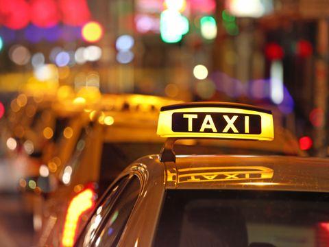 Imagini șocante dintr-un taxi! Clientul a fost dat cu capul de geam și lăsat pe stradă de taximetrist! VIDEO
