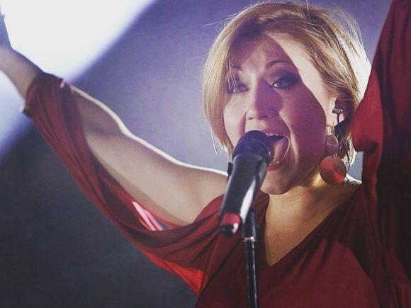 Naștere în showbiz! O cunoscută cântăreață a devenit mamă! Prima imagine cu bebelușul