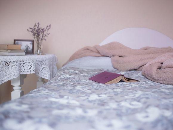 S-a cazat la un hotel, apoi s-a culcat. La un moment dat a auzit un zgomot puternic. Când s-a ridicat din pat a avut cel mai mare șoc