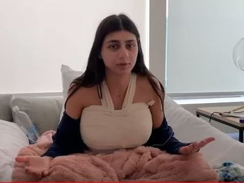 """Mia Khalifa a făcut publice primele imagini după operație! Unul dintre sâni i-a """"explodat"""" după ce a fost lovită de un puc la un meci de hochei"""