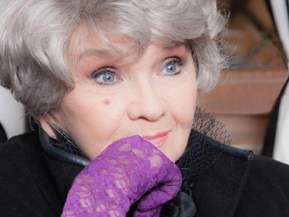 Marea cântăreață Margareta Pâslaru a oprit mașinile cu umbrela la Arcul de Triumf FOTO EXCLUSIV