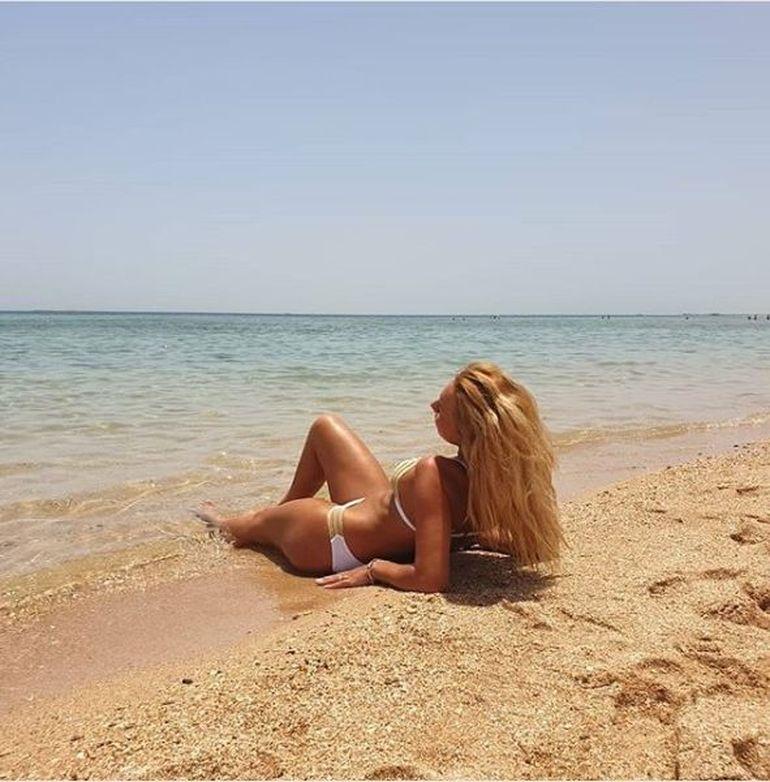 """Fiica lui Nuţu Cămătaru a făcut senzaţie în costum de baie pe plaja din Dubai: """"Eşti o sirenă sexy!"""" FOTO"""