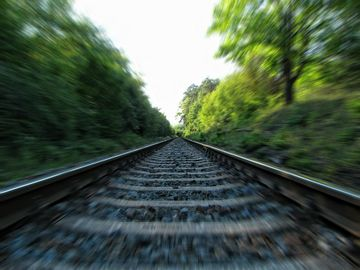 Un bărbat s-a așezat pe șine și a așteptat să vină trenul
