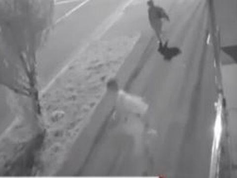 Crimă filmată în Galați! Doi copii au rămas orfani după ce tatăl lor a fost snopit în bătaie și înjunghiat în inimă în plină stradă! Imagini șocante