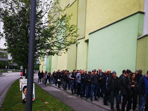 Românii din străinătate s-au aşezat la cozi uriaşe pentru a vota la 7 dimineaţa! FOTO