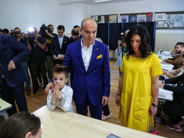 """Rareş Bogdan a votat împreună cu soţia gravidă: """"Am votat pentru viitorul copiilor acestei ţări"""" VIDEO"""
