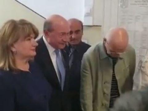 Traian Băsescu a votat, la braț cu soția! Maria Băsescu, îmbrăcată în violet pentru atragerea energiilor pozitive?
