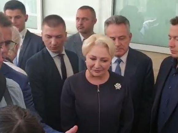 Primele imagini cu Viorica Dăncilă la secția de votare! A stat și ea la coadă