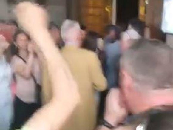 """Scandal la urnele de votare din Grecia! Oamenii și-au pierdut răbdarea după ore de stat la coadă: """"Vrem să votăm"""""""