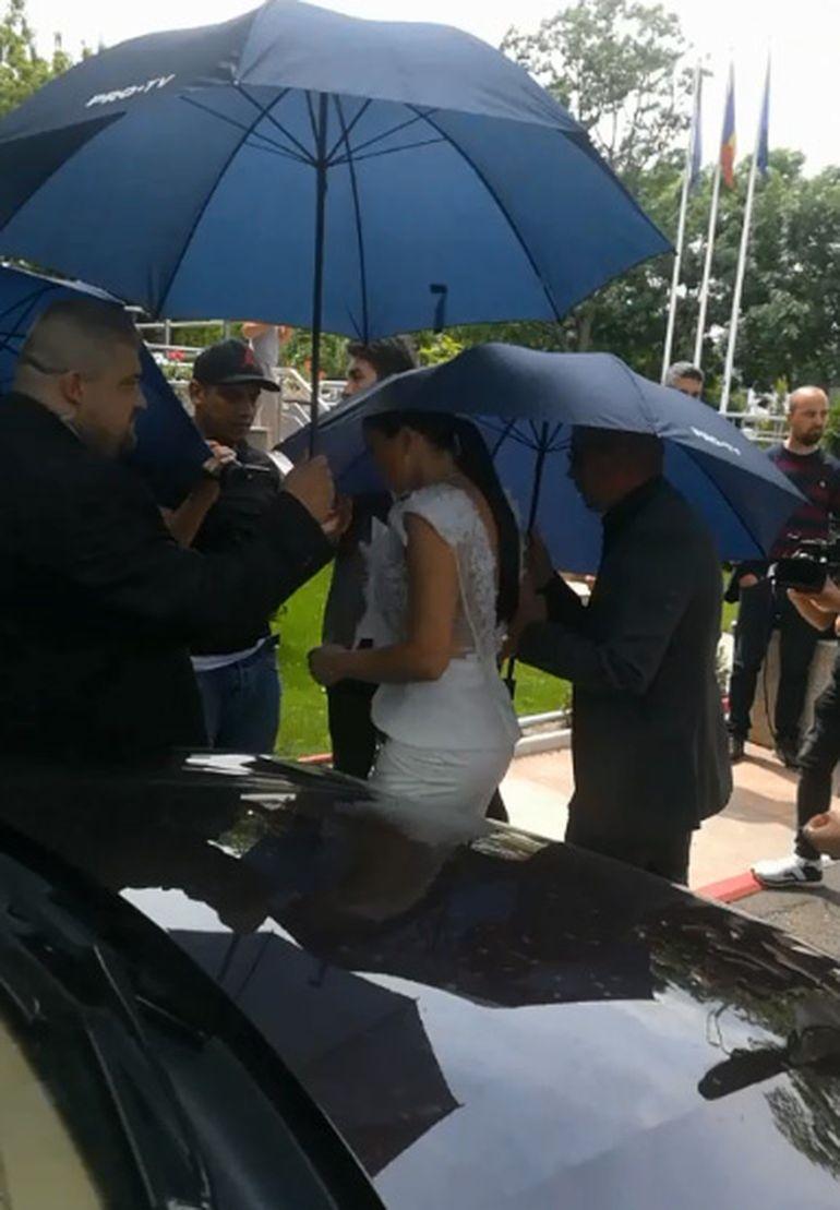 Brigitte Sfăt și Florin Pastramă s-au căsătorit astăzi la Primăria Voluntari! Cum au fost îmbrăcaţi cei doi miri